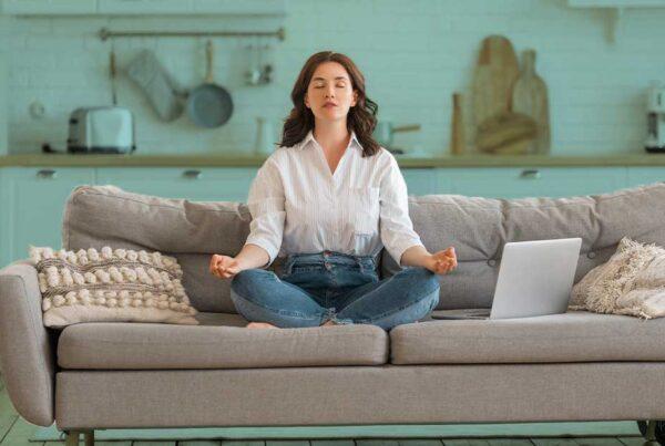 meditacao_em _casa_minfdulness_no_sofa